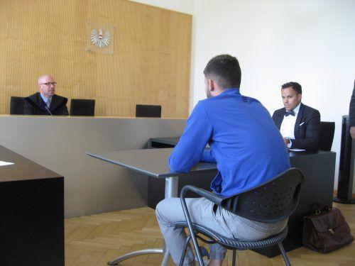 Der 19-Jährige wurde wegen schwerer Körperverletzung zu 3000 Euro Strafe verurteilt. Dem schwer verletzten Opfer schuldet er 5500 Euro. EC