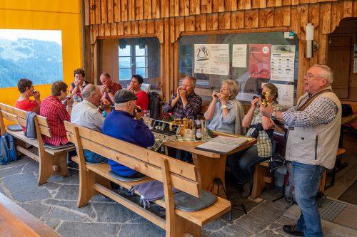 Der Mundharmonikaclub Rheintal musizierte auf der Alpe Almein.mhc rheintal
