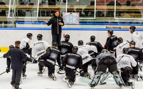 Der neue Dornbirn-Trainer Jussi Tupamäki rief das Bulldogs-Team zur ersten Eiszeit. Am kommenden Sonntag steigt gegen den HC Thurgau das erste Saison-Testspiel. stiplovsek
