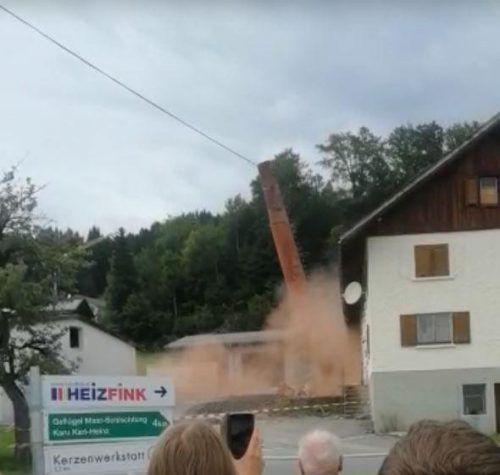 Der Schornstein wurde am Samstag dem Erdboden gleichgemacht. FW Doren