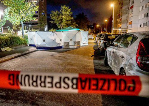 Der Tatort in der Fasanenhofstraße ist mit einem Band der Polizei abgesperrt. APA