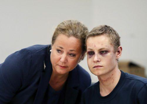 Der terrorverdächtige 21-Jährige mit seiner Anwältin bei der Verhandlung.AP