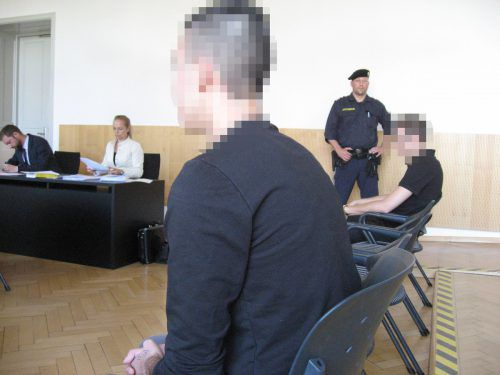 Die beiden jungen Männer als Angeklagte vor Gericht. Sie wurden damals nach nur kurzer Flucht verhaftet. Eckert