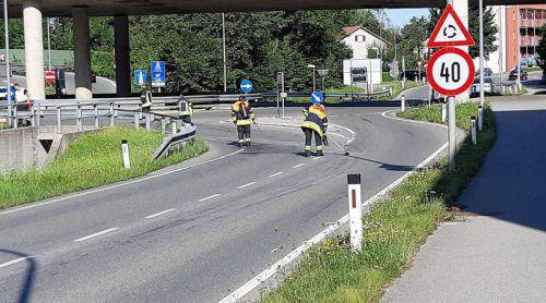Die Feuerwehrleute rückten mit Bindemitteln an und säuberten die Fahrbahn.FW Rieden