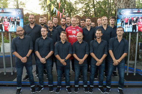 Die Firma Garzon stattete die Mannschaft mit Hemden und Jeans aus. Neuerwerbung Tine Poklar präsentierte das neue Heimtrikot des sechsfachen ÖHB-Meisters.VN/Stiplovsek