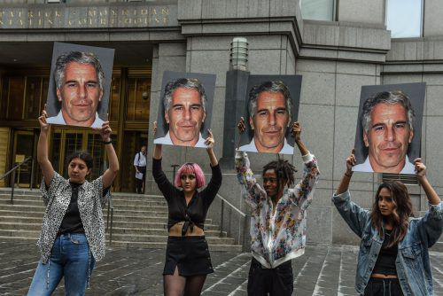 """Die Gruppe """"Hot Mess"""" demonstrierte vor dem Gerichtsgebäude in New York gegen den US-Milliardär Epstein. ap"""