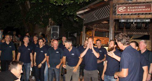 Die Liedermänner luden die Besucher singend zu den Konzerten ein.