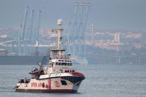 """Die """"Open Arms"""" mit 121 Migranten an Bord liegt vor der Insel Lampedusa. afp"""
