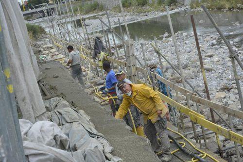 Die Wetterbedingungen stellen die Arbeiter vor große Herausforderungen.