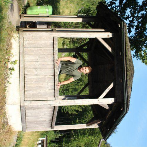 Ein Lokalaugenschein gab den Anstoß – OK-Chef Johannes Batlogg organisierte spontan eine Restaurierung des Lusthäuschens. Eine Metalltafel gibt Auskunft über den 1992 erbauten Pavillon.  STRAUSs
