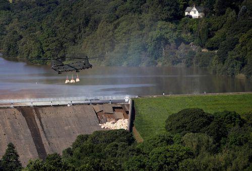 Ein Militärhubschrauber warf am Freitag rund 400 Sandsäcke ab. RTS