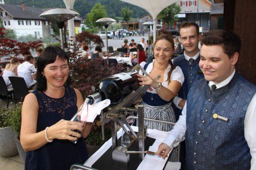 Eine raffinierte Innovation von Felder Metall machte das Einschenken von Wein aus der Riesenflasche zum Kinderspiel.