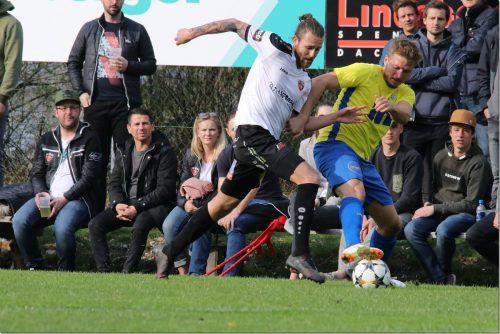 FC-Bizau-Goalgetter Fabian Flatz (l.) hält derzeit bei sechs Treffern aus fünf Spielen.knobel