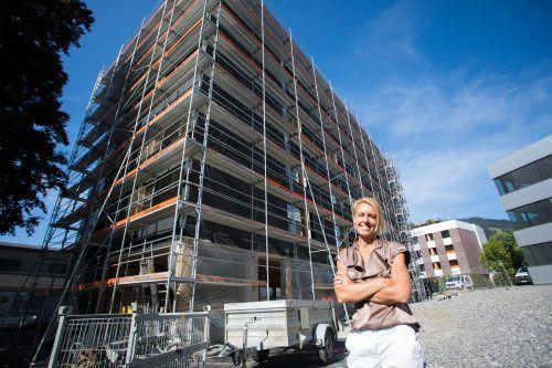 F.M-Hämmerle-Holding-Vorstand Petra Kreuzer bei der Firstfeier. Sie konnte bereits den Großteil des Bürobaus vermieten.VN-steurer