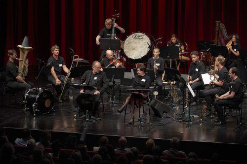 Franui-Musiker mitRegina Fritsch und Sven-Eric Bechtolf im Bregenzer Festspielhaus. bf/anja köhler