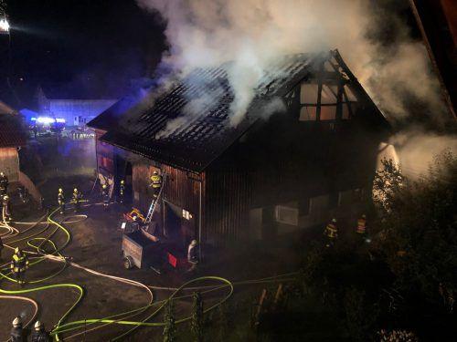 Gegen 21.15 Uhr setzte ein Blitz den Landwirtschaftstrakt des Bauernhauses in Flammen. Vol.at/Vlach