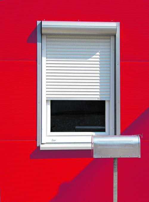Geschlossene RolllÄden an den südseitig gelegenen Fenstern halten die Hitze von Wohnräumen fern. Fotos: Shutterstock, Rainer Sturm_pixelio.de,