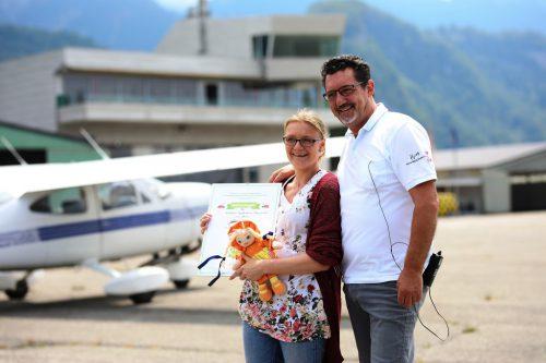 Gütesiegel für das Rundflugteam Flugplatz Hohenems von Kiddyspace-Vorarlberg-Botschafterin Madlen Seider an Andreas Seeburger.rundflugteam