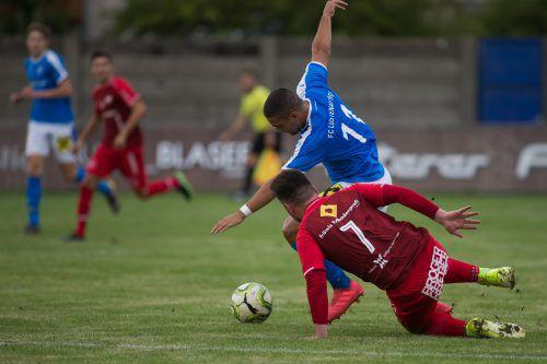 Heiß her ging es in der Vorarlbergliga-Partie zwischen dem FC Lustenau und dem VfB Bezau, hier zum Beispiel im Zweikampf zwischen Lustenaus Batuhan Karakas (blaues Dress) und dem Bezauer Jakob Natter.VN/Steurer
