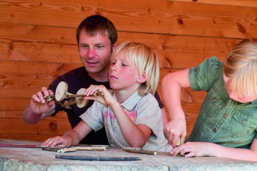 """Im Pfahlbaumuseum dürfen Museumsgäste spielerisch Geschichte erkunden. In dieser Woche steht das Thema """"Rad und Wagen"""" im Fokus. pfahlbaumuseum unteruhldingen"""