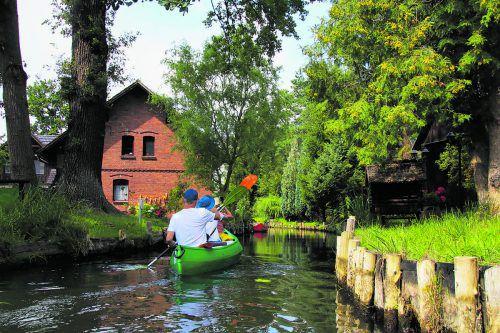 In den Kanus kann man in gemächlichem Tempo an den traditionellen Häusern vorbeifahren.