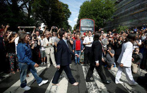 In London stellten zahlreiche Beatles-Fans das bekannte Fotomotiv nach. REUTERS