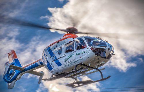 """Der Bergrettungs-Hubschrauber """"Gallus 1"""" transportierte den Pensionisten zum Krankenhaus nach Immenstadt im Allgäu. Bergrettung Vorarlberg"""
