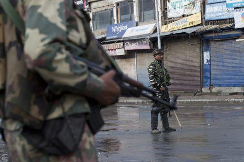 Indische Sicherheitskräfte kontrollieren die Straßen von Srinagar.ap