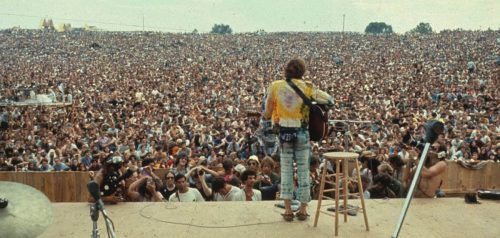 """John Sebastian beim Woodstock-Festival 1969. Das diesjährige Jubiläumsfestival sollte das Gefühl von damals wieder aufleben lassen. Zwei Wochen vor Beginn wurde das """"Woodstock 50"""" aufgrund von organisatorischen Problemen abgesagt."""