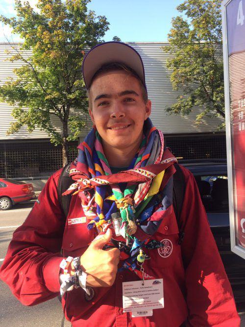 Julian Netzer zeigt stolz die vielen bunten Bänder, die er gesammelt hat.