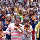 Kinder zeigen auf der Bühne ihr Talent