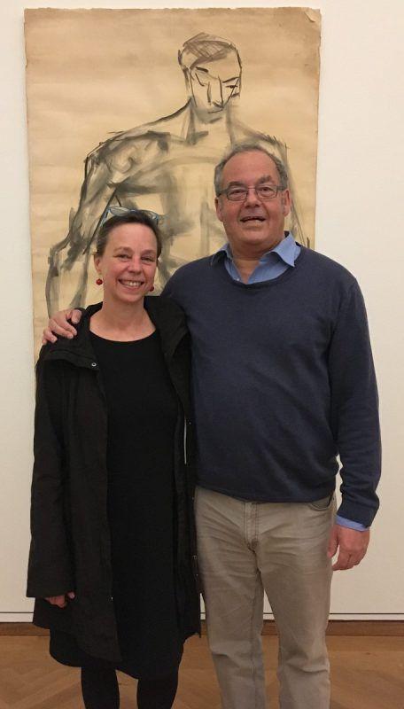 Kuratoren Kathleen und Rudolf Sagmeister vor einer Kalb-Zeichnung. Museum
