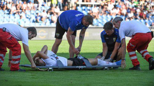 Kurz vor Spielende die Hiobsbotschaft: Marco Meilinger musste mit Verdacht auf Schienbeinbruch vom Feld getragen werden.GEPA