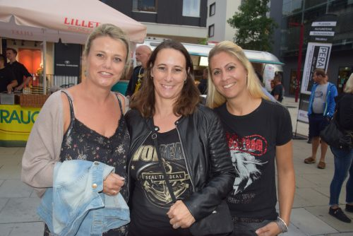 Marion, Renate und Inesim passenden Fan-Outfit.