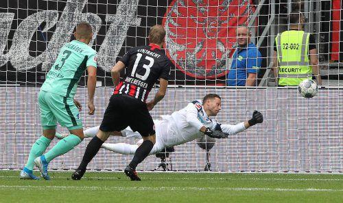 Martin Hinteregger sieht, wie sein Volleyschuss im Netz zappelt und er somit Eintracht Frankfurt zum Sieg schoss.afp