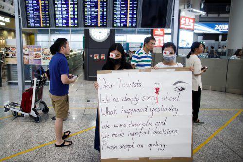 Mitglieder der Protestbewegung entschuldigen sich bei den Touristen. reuters