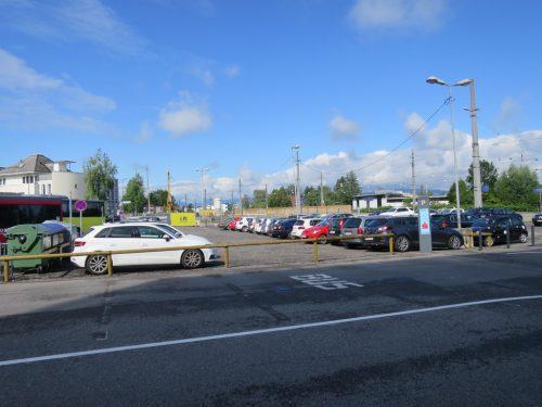Mitten auf dem Bahnhof-Parkplatz wächst das neue Polizeigebäude in die Höhe.rha