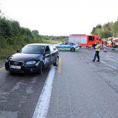 Ein Vorarlberger Unfallauto und spielende Kinder auf der Autobahn