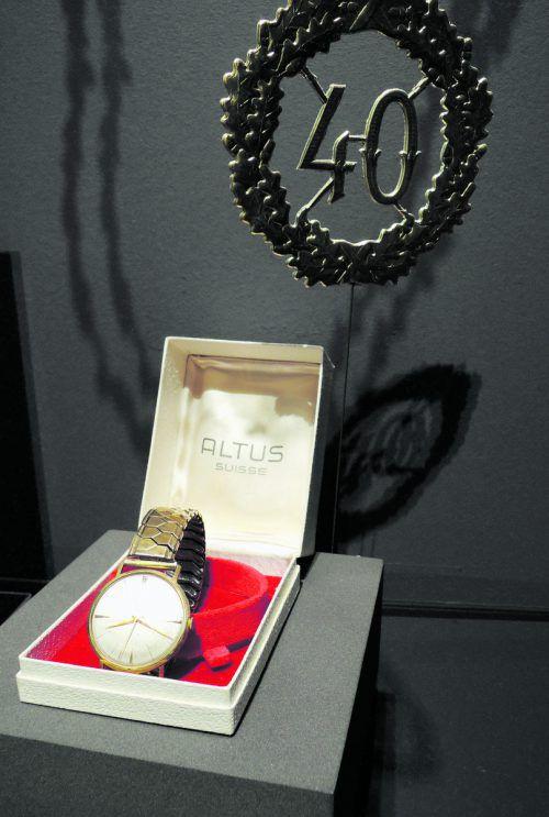 Nicht nur als Firmengeschenke waren sie beliebt: Uhren wurden auch gerne als Anerkennung an langjährige Mitarbeiter verschenkt und geben uns sowohl Aufschluss über Arbeitswelten und Firmenkultur als auch über den Träger selbst. Diese Uhr aus 14-karätigem Gold der Schweizer Marke Altus ist in ihrem originalen Kästchen erhalten und stammt aus den 1960er-Jahren, was mit den biografischen Daten des Besitzers übereinstimmt. Ernst Ulmer (1903 bis 1983) verbrachte sein gesamtes Berufsleben von 1921 bis 1968 im Dornbirner Traditionsbetrieb F.M. Hämmerle, wo er sich vom Stückmeistergehilfen bis zum Stabermeister emporgearbeitet hat.