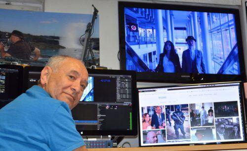 Niko Mylonas bearbeitet in seinem Studio in Feldkirch eine Szene, die in der Eingangshalle von Russmedia gedreht wurde. vn/hrj