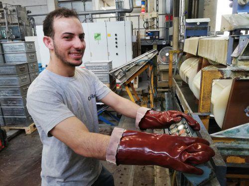 Integration am Arbeitsplatz funktioniert, wie die Beschäftigung Asylberechtiger, wie dieses syrischen Flüchtlings bei der Firma Collini in Hohenems, zeigt.Fa