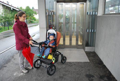 Passanten mit Kinderwagen oder Fahrrad brauchen funktionierende Lifte für das Queren der Unterführung und für das Erreichen von Zügen und Bussen.