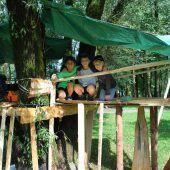 """<p class=""""caption"""">Sandro Moosbrugger (8), Leon Schwarzmann (9), und Julian Schwaiger (9) haben eine Hütte gebaut. </p>"""