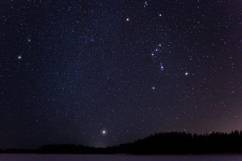 Sirius selbst hat die doppelte Masse der Sonne, ist 10.000 Grad heiß und acht Lichtjahre von der Erde entfernt. fotolia