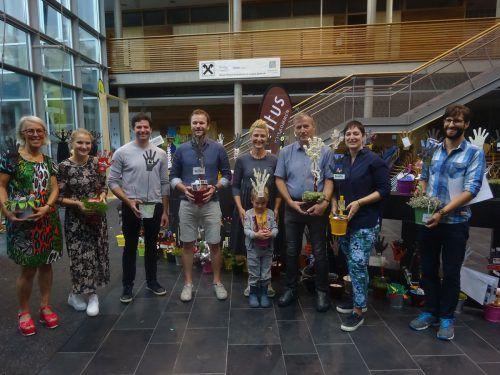 """Über 120 witus-Betriebe aus Bezau, Bizau, Mellau, Reuthe und Schnepfau gestalteten Blumentöpfe mit der """"Hand"""", dem Logo der Handwerksausstellung."""