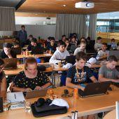 Jugendliche tauchen in eine Welt voller Codes ein