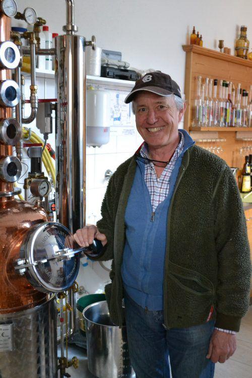 Von der Frucht bis zum Destillat – der Bürser Erwin Schrottenbaum ist ein begeisterter Brenner. BI