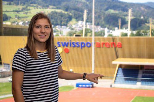 Von ihrem Zimmer aus blickt Sarah Klotz auf die Luzern-Arena.Hepberger