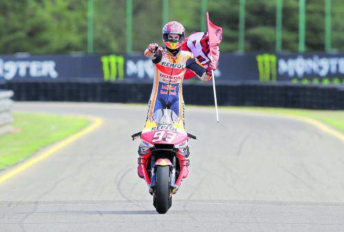 Weltmeister Marc Marquez feiert in Brünn seinen Jubiläumssieg, stand zum 50. Mal in der Moto-GP-Klasse zuoberst auf dem Siegerpodest.reuters