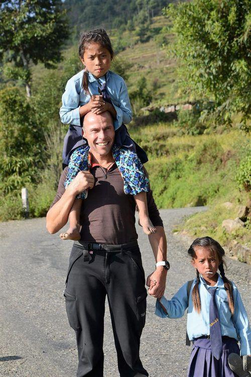 Wolfgang Bartl trägt Kinder aus Nepal sprichwörtlich auf Schultern. Bartl